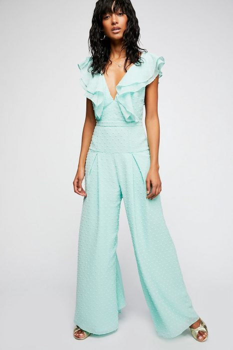 mujer con palatzo color azul turquesa