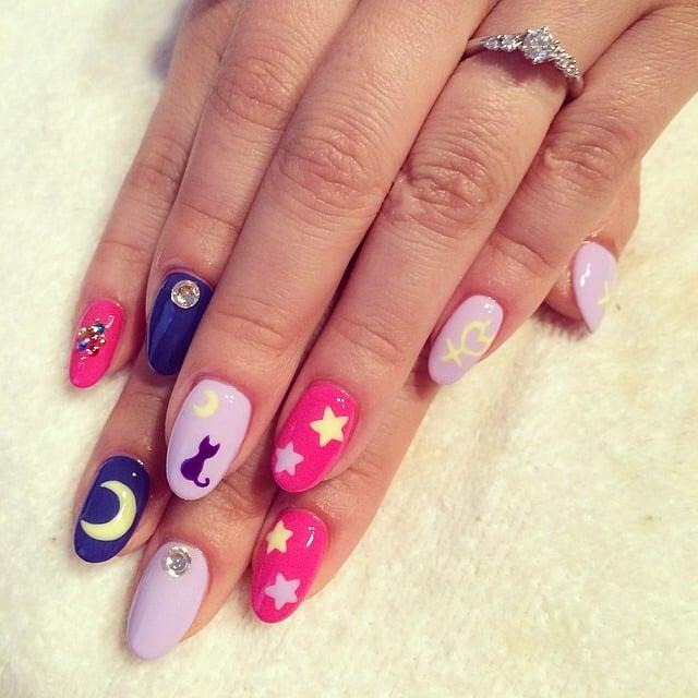 manos con uñas color rosa