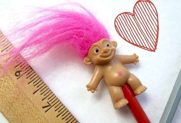 trol con cabello rosa