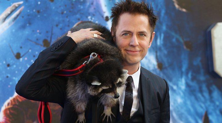 hombre con mapache en sus hombros