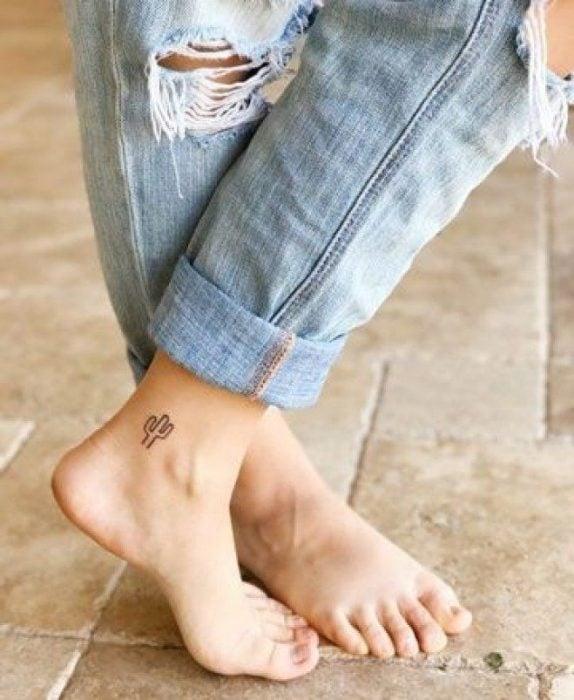 tatuaje de cactus en el tobillo