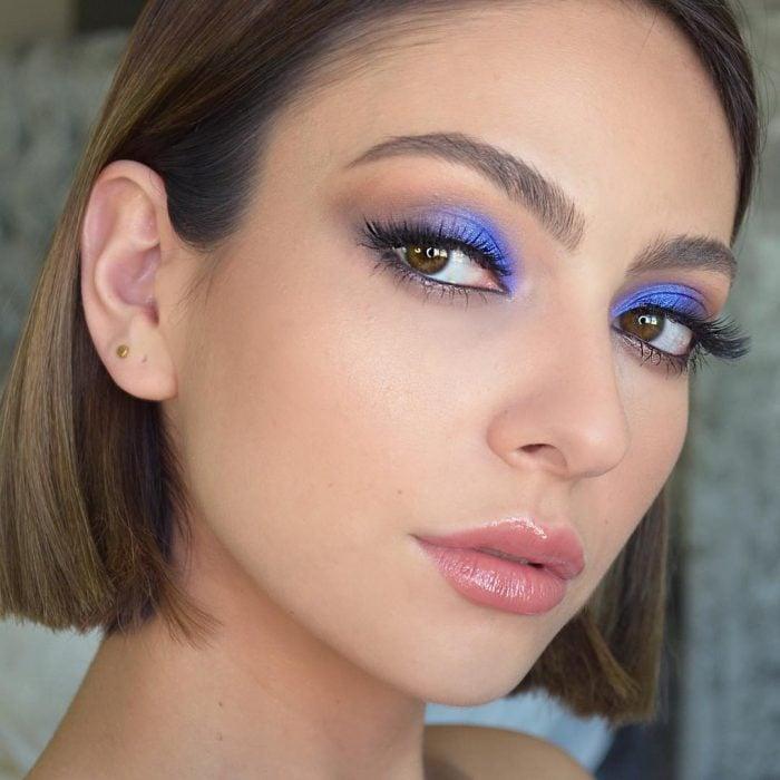 mujer ojos azules prupura