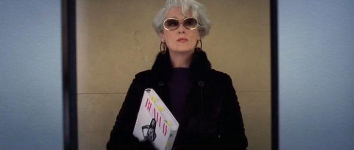 Mujer mayor con lentes de sol