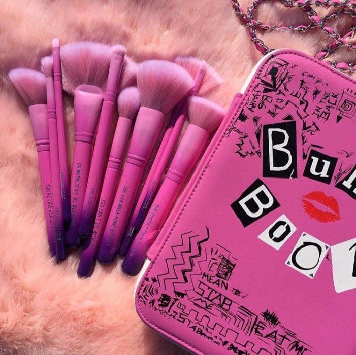 libro rosa con brochas de chicas pesadas
