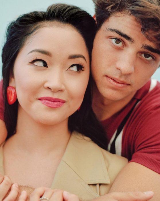hombre abrazando a chica asiática