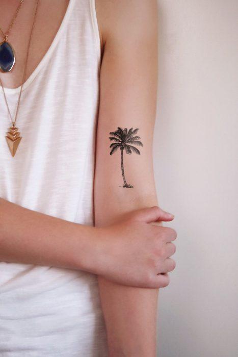 tatuaje de palma en brazo