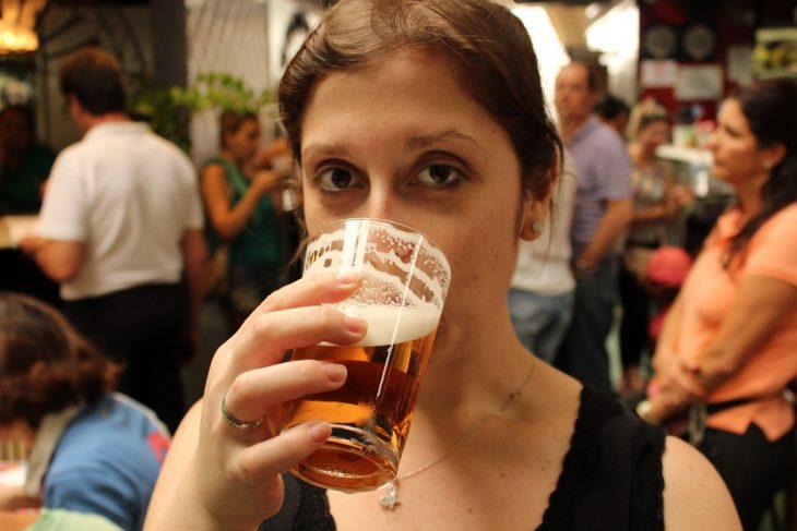 Chica bebiendo un trago