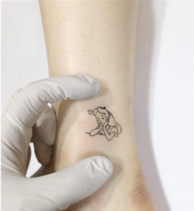 tatuaje de alicia en el país de las maravillas