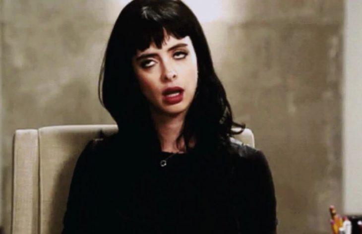 Mujer con expresión irritada