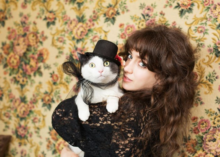 chica cargando a un gato