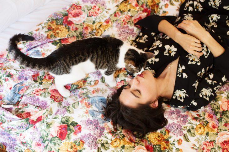 chica recostada con su gato