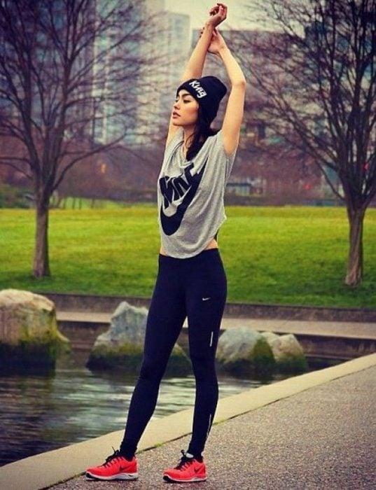 chica con ropa deportiva