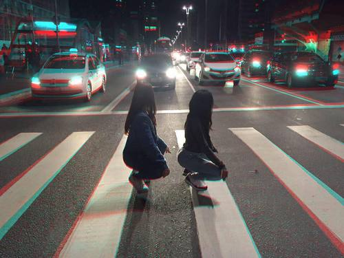 chicas bailando en la avenida