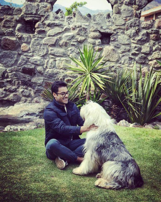 chico con un perro