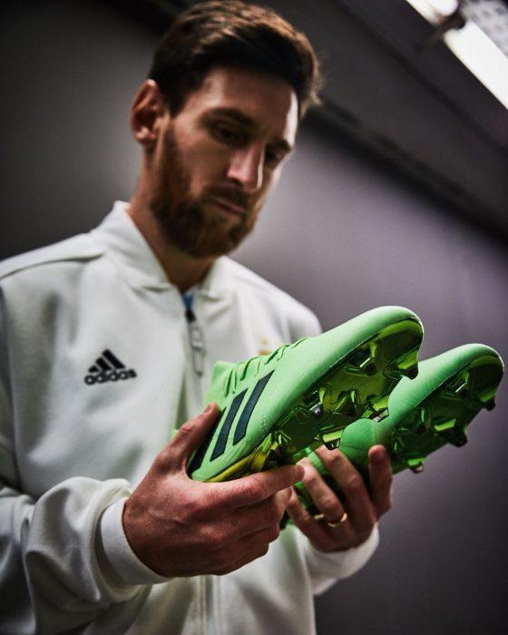 chico con zapatos verdes