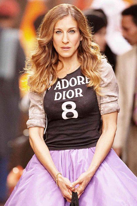 chica con vestido lila