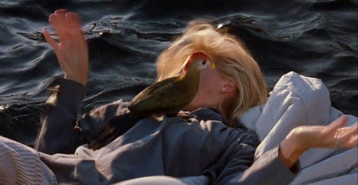 chica huyendo de un ave