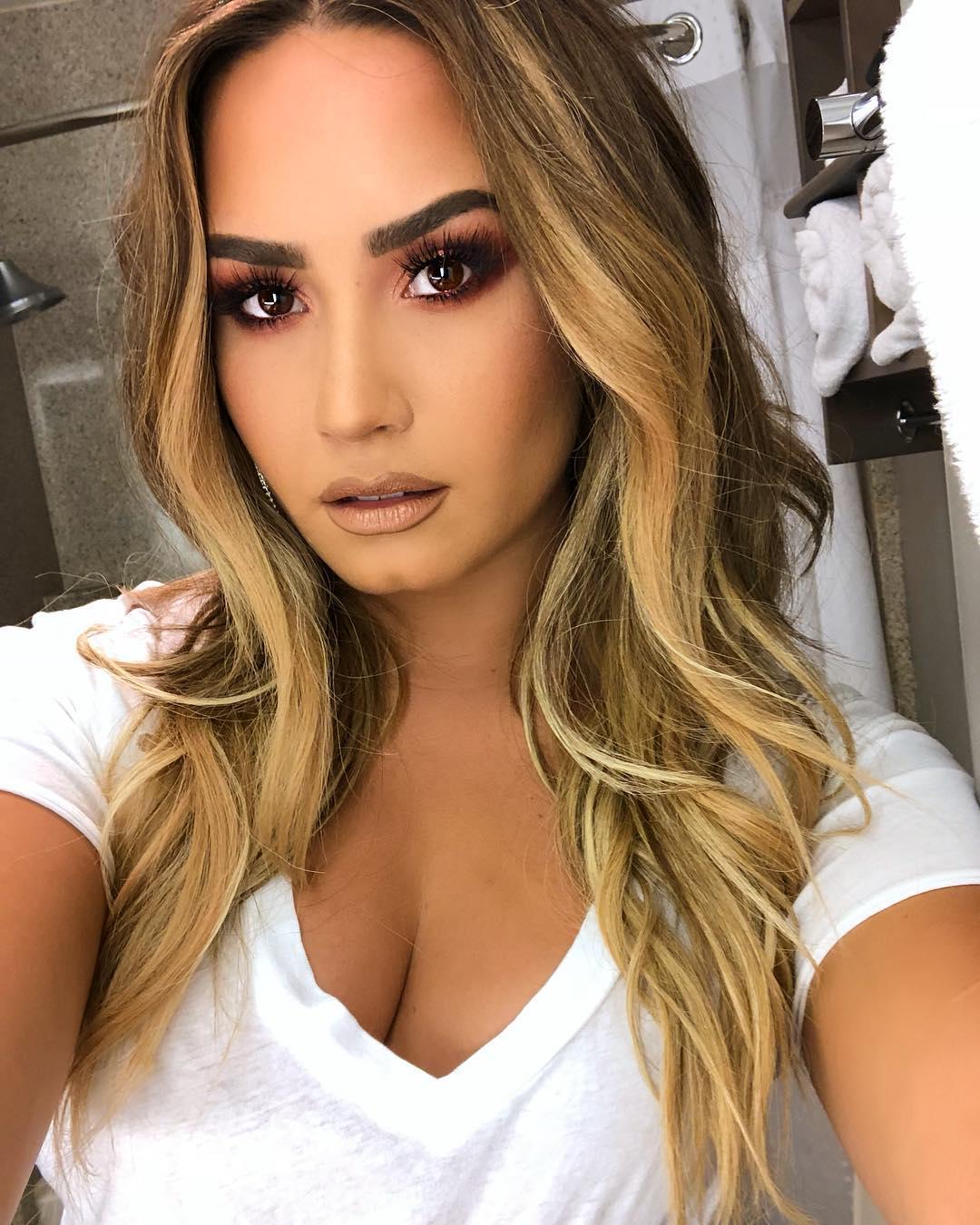 Demi Lovato tomandose una selfie