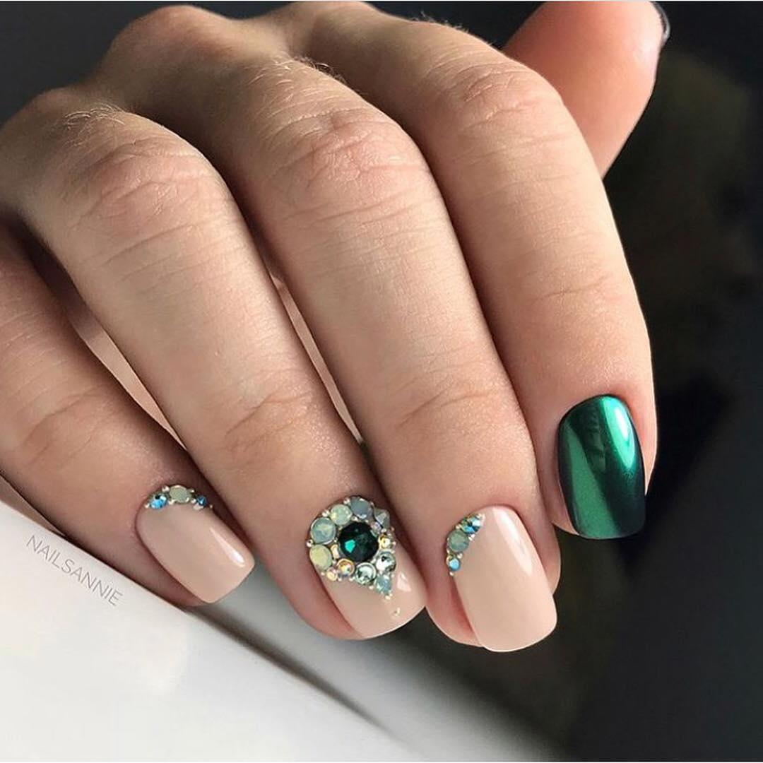 Uñas cortas en color verde con piedrería