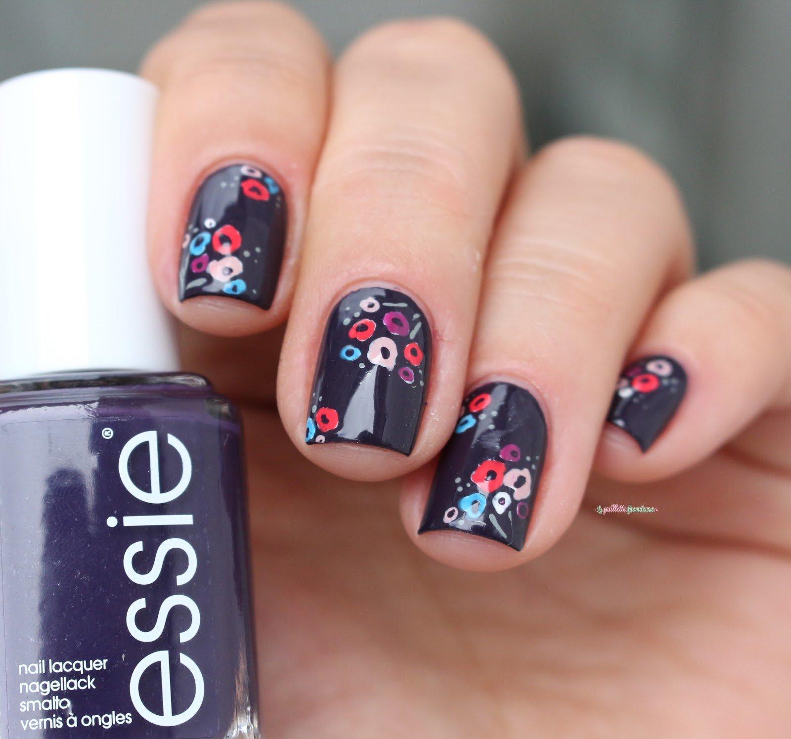 Uñas cortas en color morado con flores rosas