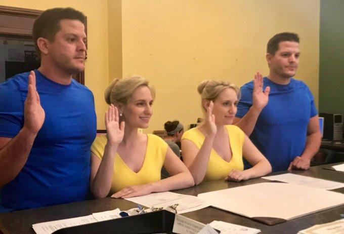 mujeres con vestidos amarillos y vestidos azules