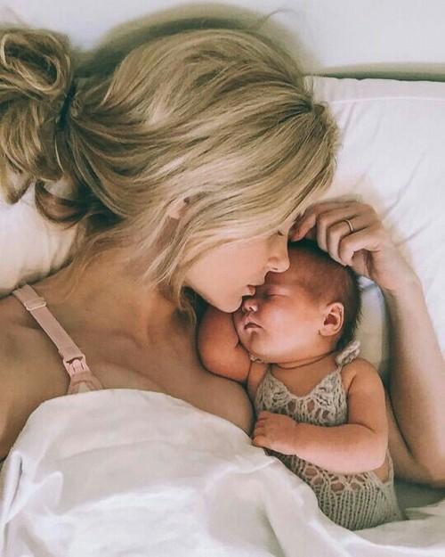 madre e hijos durmiendo