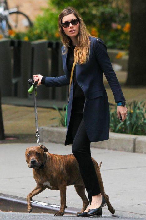 chica paseando a su mascota