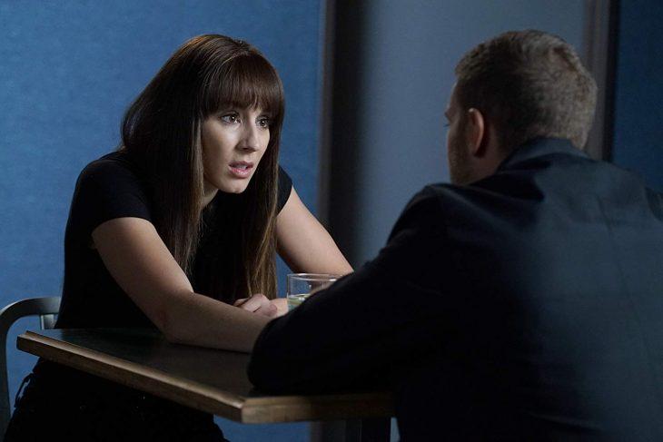 Escena de la serie pretty little liars, pareja conversando