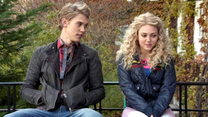 Escena de la serie the carrie daries, pareja conversando en un parque
