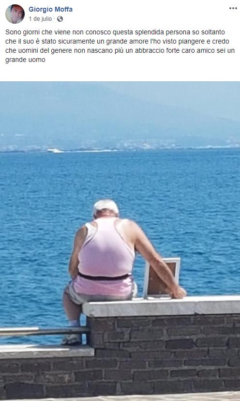 Giuseppe hombre que lleva la foto de su esposa al mar