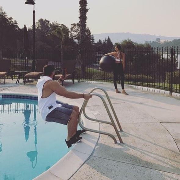 novios captados cuando les toman fotos a sus parejas