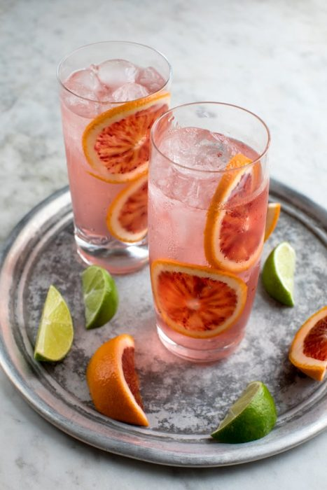 vasos con hielos y limonada rosa con toronja