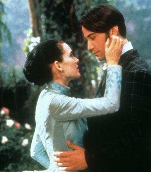 Keanu Reeves y winona ryder durante una escena de la película drácula
