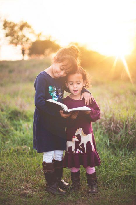niñas leyendo un libro