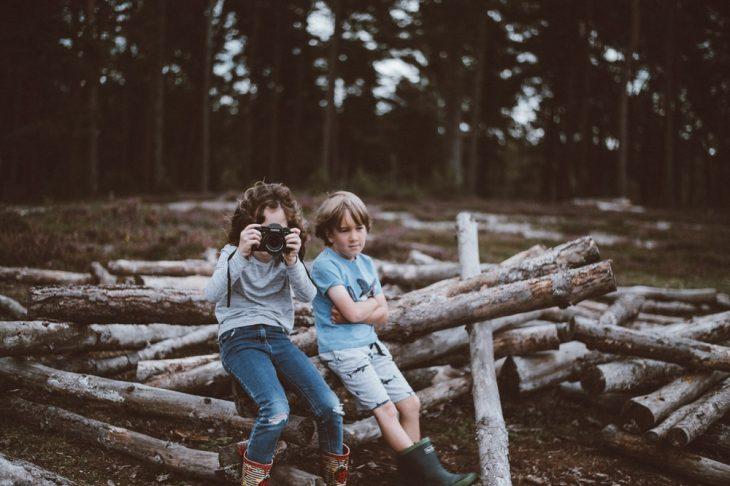 niños jugando en el bosque