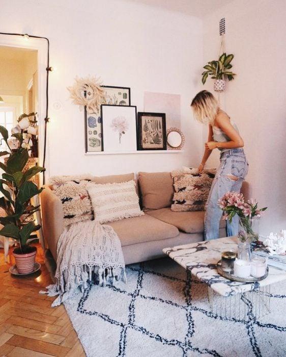 sala con alfombra azul cielo