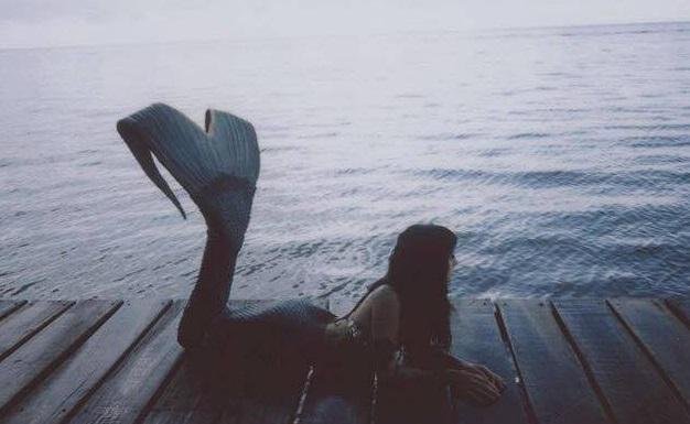 chica con aletas de sirena