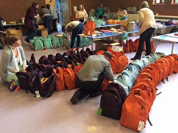 personas acomodando mochilas