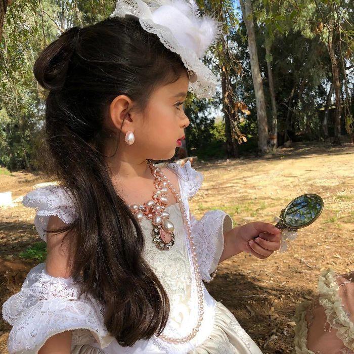 niña con vestido victoriano