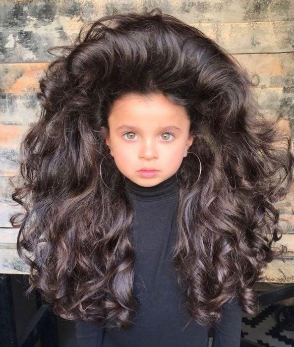 niña con cabello largo