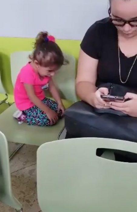 Mujer ignora a su hija por estar chateando en el celular