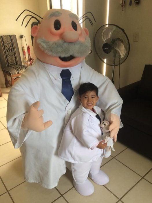 Botarga del Dr. Simi junto a un niño que se vistió como él