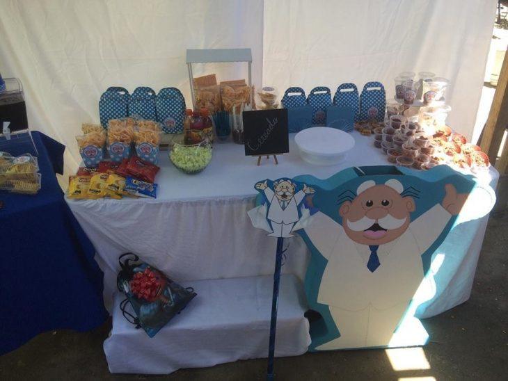 Mesa de dulces de la fiesta de un niño vestido como el dr simi
