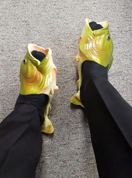 Hombre usando unas sandalias de boca de pez
