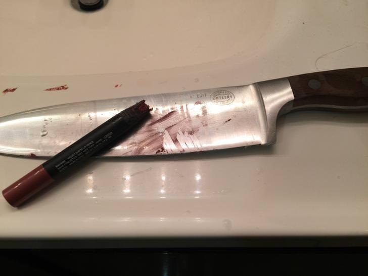Cuchillo con marcas de un labial