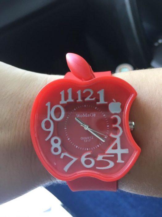 Reloj en forma de una manzana roja