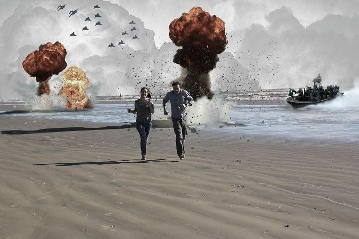 Pareja de novios corriendo en una playa