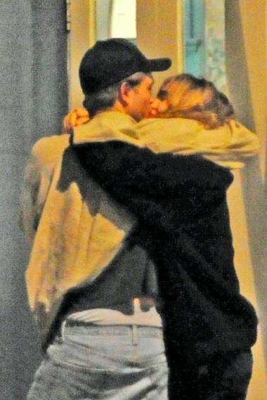 Robert Pattinson y su nueva novia caminando abrazados