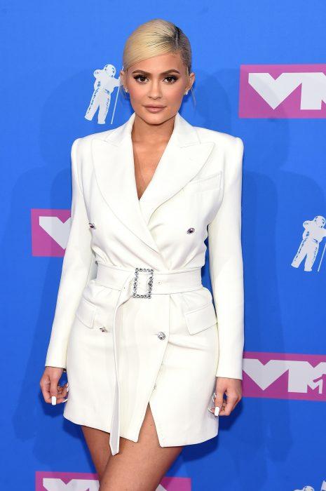 chica con traje blanco