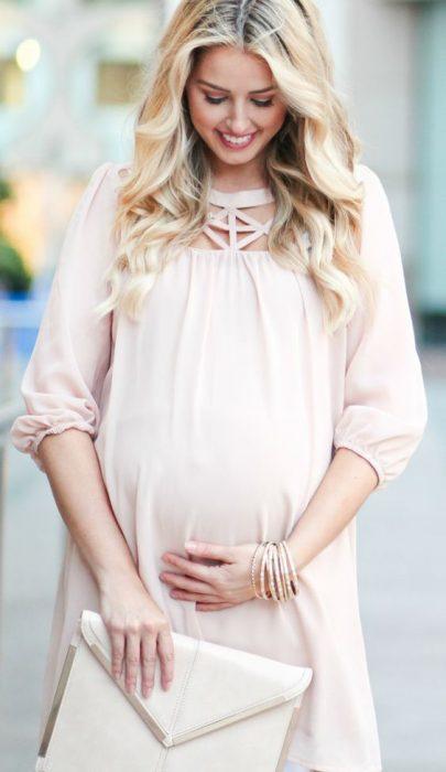 chica con vestido rosa